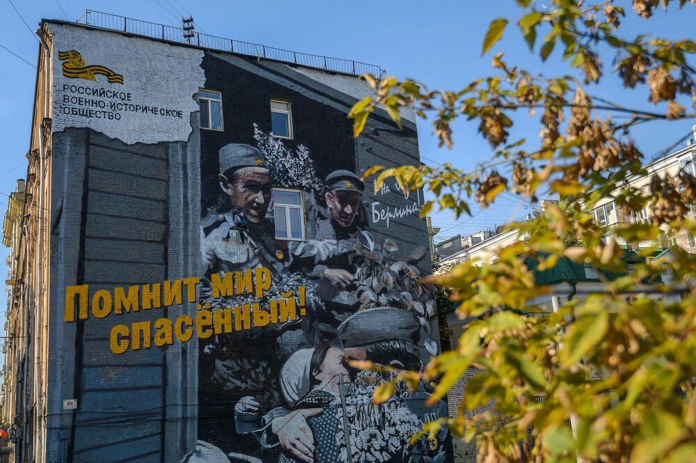 Başkent Moskova'da bir binanın üzerinde çizilen Zafer Bayramı konulu grafiti.
