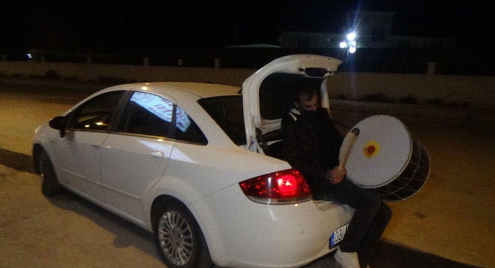 Davulu otomobilin bagajında çalıyorlar
