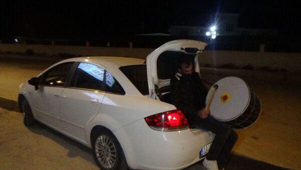 Davulu otomobilin bagajında çalıyorlar - Sputnik Türkiye