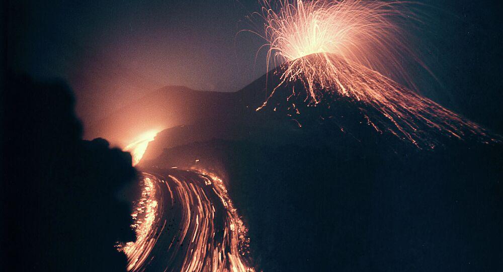 Rusya'nın Kamçatka Adası'nda bulunan Klyuchevskaya Sopka Dağı'nda volkanik patlamalar başladı. Avrasya'nın en aktif yanardağı olan Klyuchevskaya Sopka'da 300 yıldan fazla süren sürekli gözlemler sonucunda yaklaşık 50 patlama kaydedildi.  4 bin 754 metre yüksekliğindeki volkanik yanardağın çapı ise 700 metre.