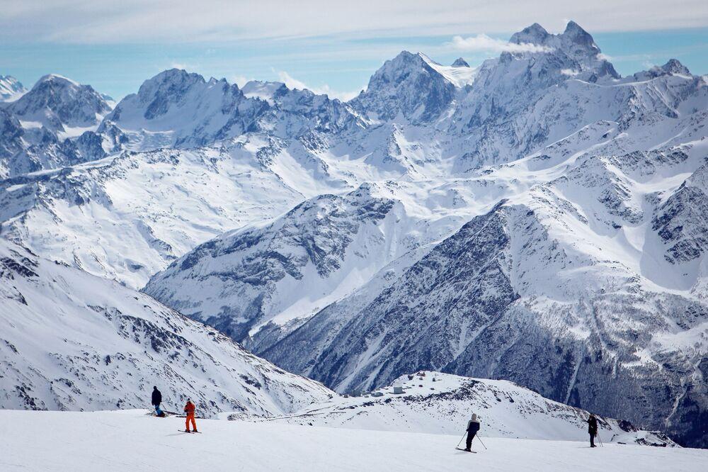 Avrupa'nın en yüksek dağı (5642 metre), dünyanın en önemli onuncu zirvesi ve aynı zaman uykusuz bir yanardağ olan Elbrus, Gürcistan sınırına yakın Güney Rusya'daki Kafkas Dağları'nda bulunuyor. Son patlaması birkaç bin yıl önce yaşansa da bilim insanları Elbrus'u hala aktif yanardağ olarak nitelendiriyor.