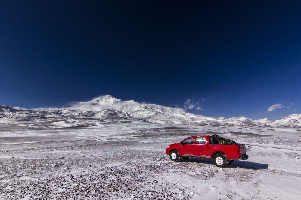 Ojos del Salado, Dünya'nın en yüksek volkanı  (yaklaşık 5000 metre) ve Güney Amerika'nın en yüksek ikinci dağı. Şili ve Arjantin sınırında olan Ojos del Salado, Atacama Çölü'ndeki konumu sebebiyle ender olarak karlarla kaplı. 1937, 1956 ve 14 Kasım 1994'de  su ve kükürt buharlarının açığa çıktığı hareketlilikler tespit edilmiştir.