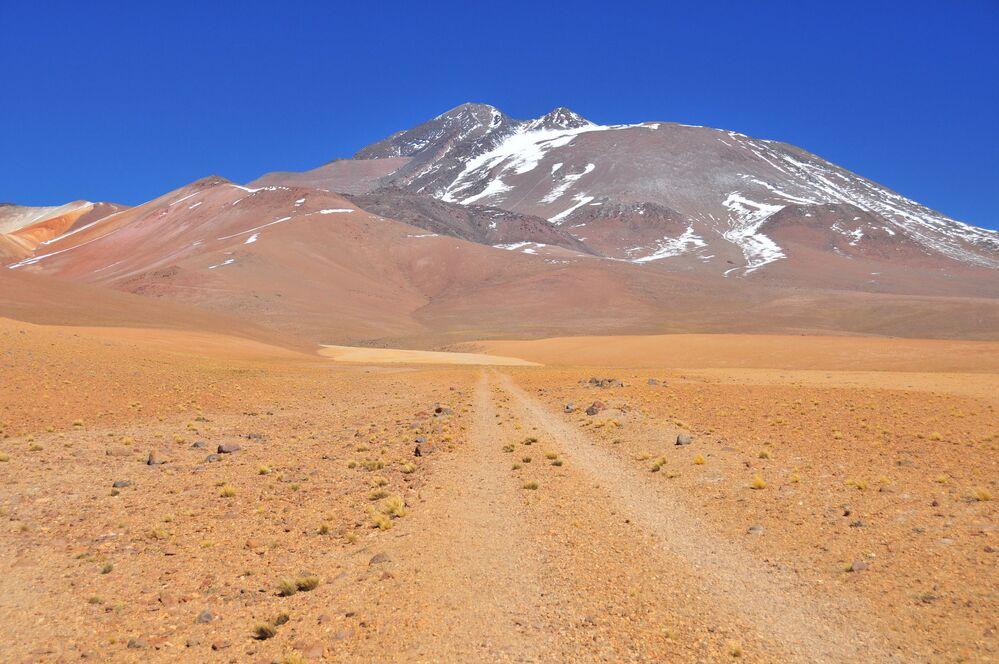Llullaillaco, 6.739 m yüksekliği ile Monte Pissis ve Ojos del Salado'dan sonra  dünyanın  üçüncü en yüksek volkanı, Güney Amerika'nın en yüksek beşinci dağı. Dağ, aynı isimli milli parkın içinde Şili ve Arjantin sınırlarında bulunuyor. Llullaillaco'nun zirvesi karla örtülü olsa da aynı zamanda üstünde buzul olmayan dünyanın en yüksek zirvesidir. Zirvesi çok etkileyici bir şekle sahip olduğu için Llullaillaco halk arasında Kutsal dağ ya da Tanrıların evi olarak adlandırıldı.