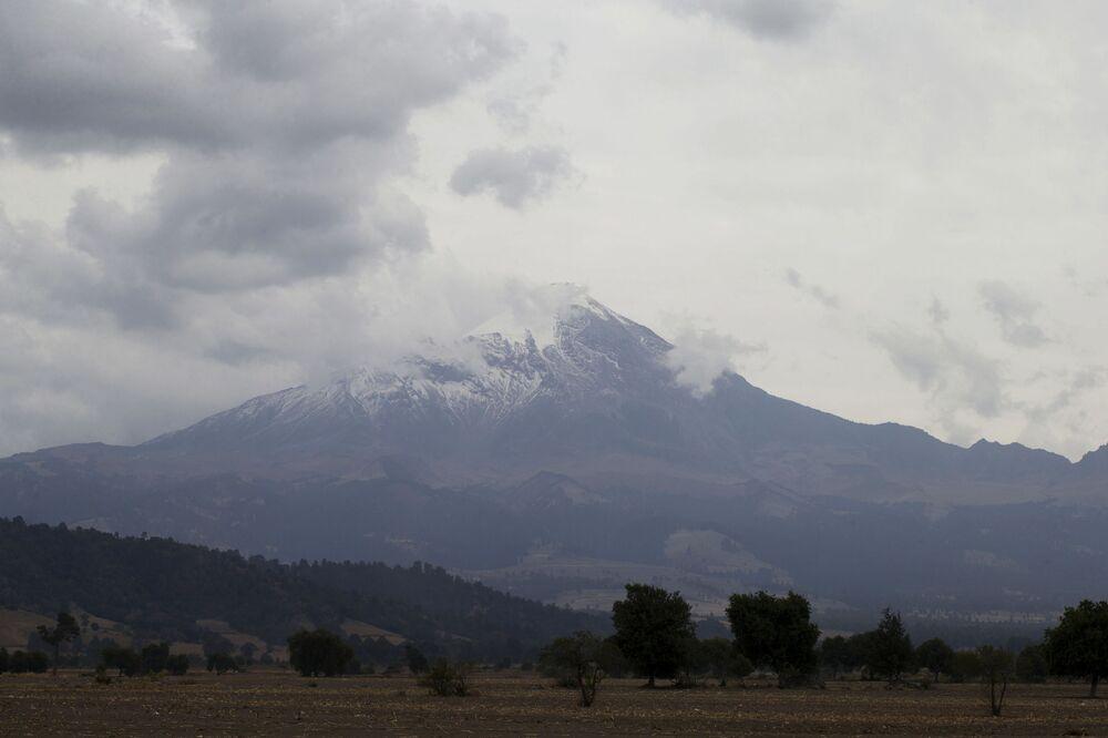 Meksika'daki Trans Meksika Yanardağ Kuşağı üzerinde yer alan Pico de Orizaba  yanardağının manzarası (5.700 m)