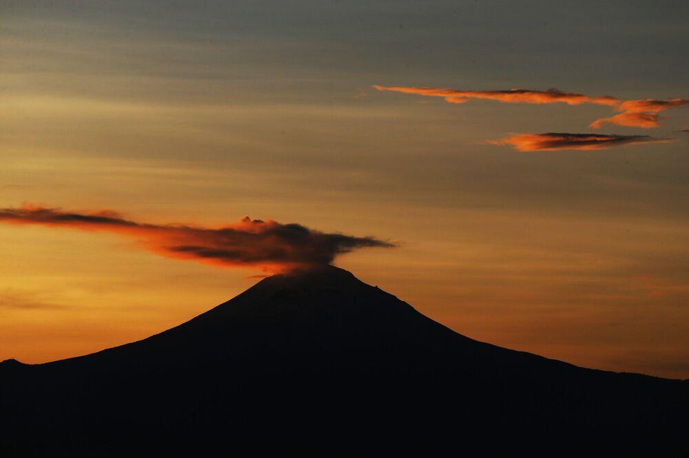 """Popocatepetl (Popo ve Don Goyo olarak da bilinir) Meksika'da aktif bir volkandır. 5426 m yüksekliğe ulaşan ve ülkedeki en yüksek ikinci   yanardağ olan Popocatepetl adını Nahuatl """"popōca"""" (duman) ve tepētl (""""dağ"""") kelimesinden almıştır; bu, """"Sigara İçen Dağlar"""" anlamına gelir ve adını tamamen haklı çıkarır. 90'lı yıllara kadar, Popo bir snowboard merkezi olan gözde bir tatil yeriydi: ancak 1947'de büyük bir patlama ile yeni bir faaliyet döngüsüne başladı."""
