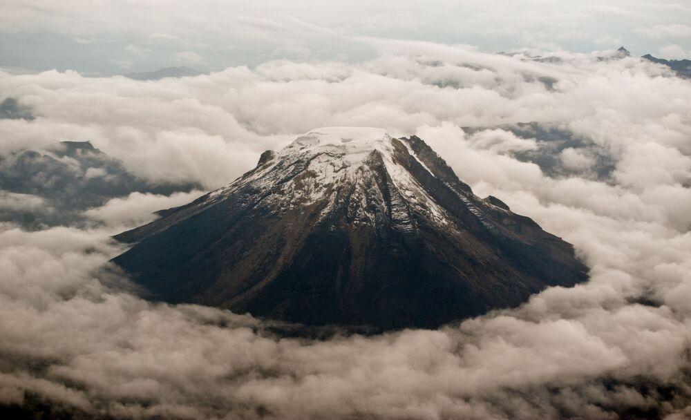 Kolombiya'da bulunan aktif Tolima volkanının manzarası. Yüksekliği 5215 metre