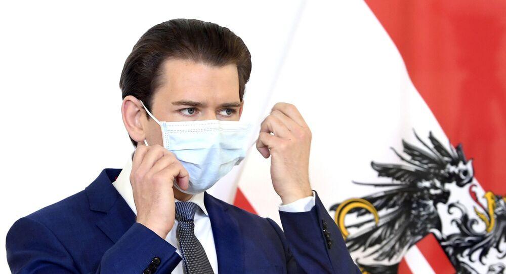 Sebastian Kurz maske takarak basın toplantısına başlarken, Viyana, Avusturya