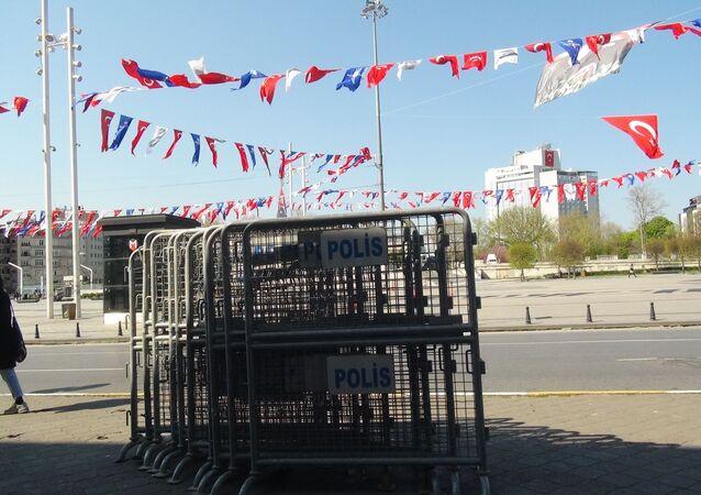 1 Mayıs öncesi Taksim'e bariyerler getirildi