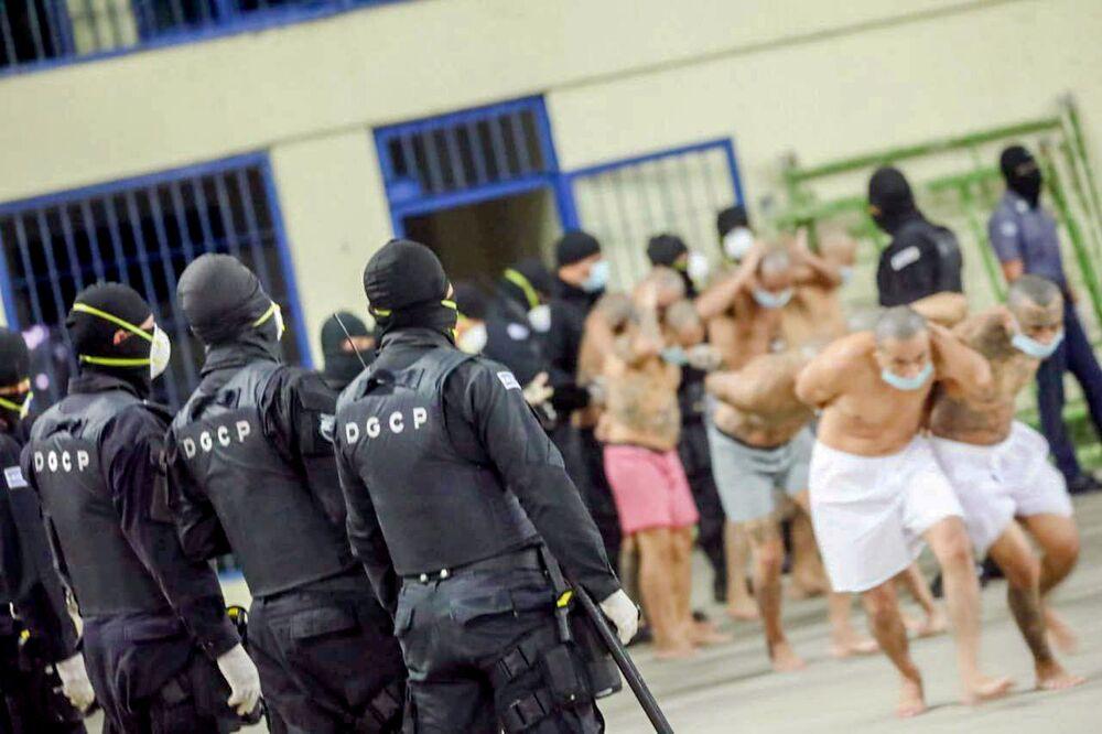 Ülkenin başkenti San Salvador'un dışındaki Izalco Cezaevi'nde koğuş ve hücre araması için mahkumların hepsi sadece donla kalacak şekilde soyuldu, iç avluya çıkarıldı