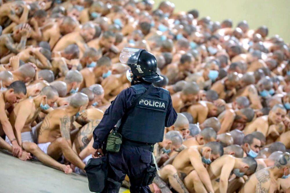 Izalco Cezaevi'ndeki mahkumlara yapılan muamele ile  koronavirüs pandemisine karşı sosyal mesafe kuralları hiçe sayıldı