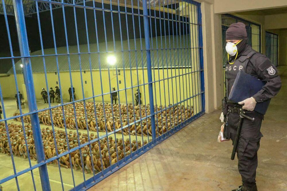El Salvador'u on yıllardır rehin alan çete şiddetine karşı en sert şekilde mücadele vaadiyle haziranda seçilmiş bulunan Bukele, polis teşkilatı ve ordunun 'nüfusun fiziksel bütünlüğüne anlık tehdit oluşturan teröristlere karşı öldürücü güç kullanma yetkisinin' bulunduğunu duyurdu.
