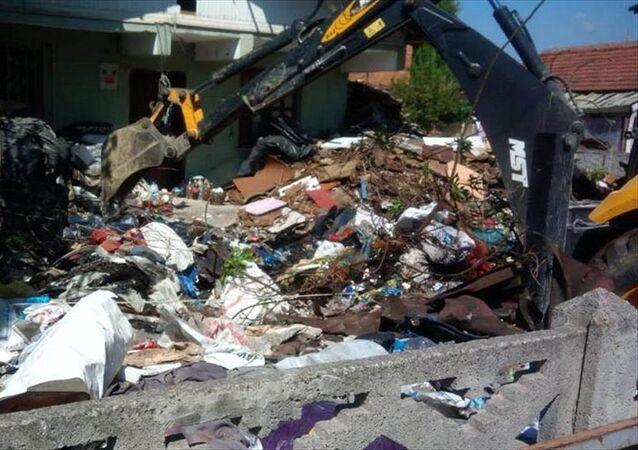 Kötü kokuların geldiği evden 13 kamyon çöp çıktı