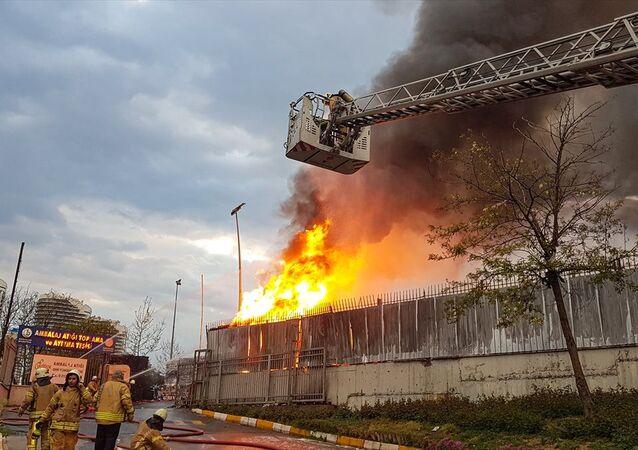 İstanbul'da ambalaj atığı toplama ve ayırma tesisinde yangın