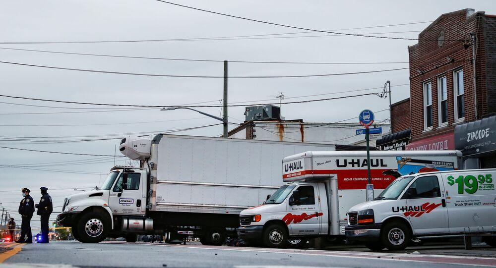 New York Şehri Polis Teşkilatı, Brooklyn semtinde Andrew Cleckley Cenaze Evi'nin önünde bekleyen kamyonlar ve minibüslerde onlarca ceset buldu.