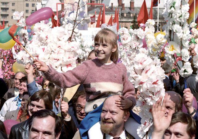 Moskova'daki 1 Mayıs geçidinin katılımcıları, 1987 yılı