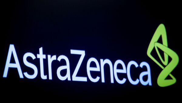 New York Borsası ekranına yansıtılan AstraZeneca logosu - Sputnik Türkiye