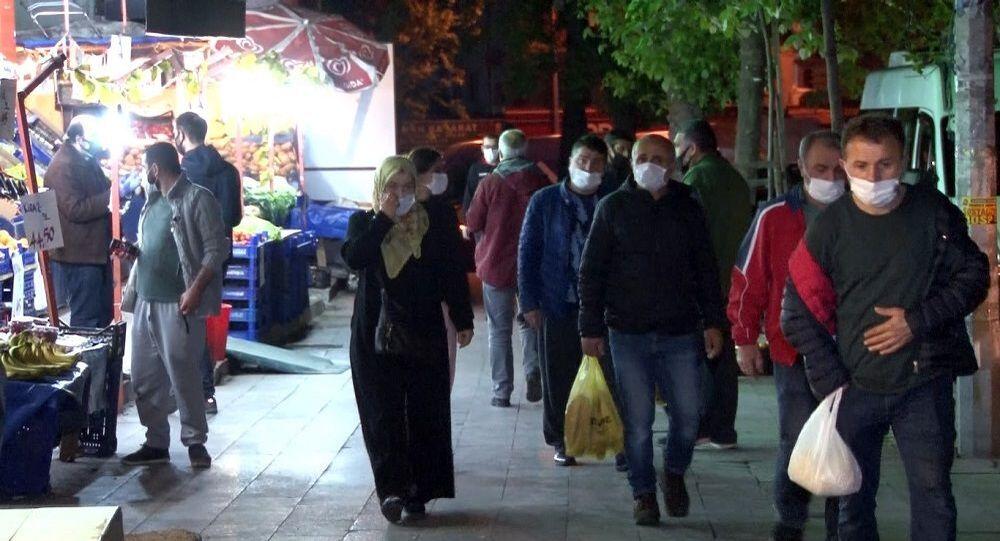 Sokağa çıkma kısıtlaması öncesi marketlerde yoğun kalabalıklar oluştu