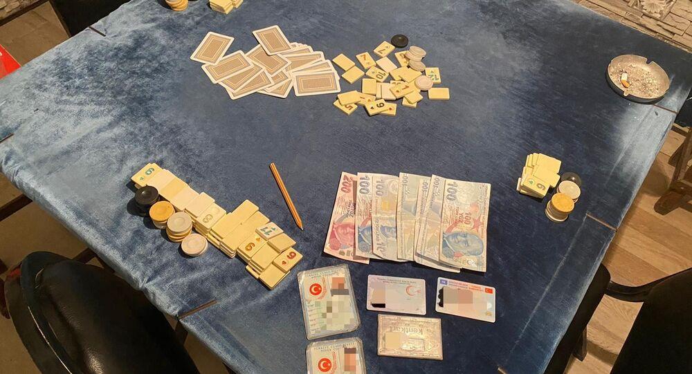 Zonguldak'ın Ereğli ilçesinde polis ekipleri yaptıkları kontroller sırasında ormanlık alandaki konteynıra baskın düzenleyerek kumar oynayan 4 kişiyi yakaladı. Zanlılara sosyal mesafe kuralına uymadıkları için ayrı ayrı ceza kesilirken haklarında soruşturma başlatıldı.