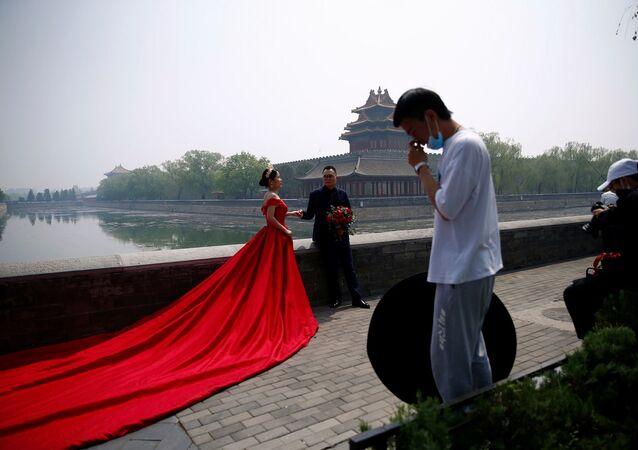 Çin – 720 bin metrekarelik alanı kaplayan ve ülkedeki saraylar arasında en bilineni olan ''Yasak Şehir dışında bir çift düğün fotoğraflarını çektiriyor.