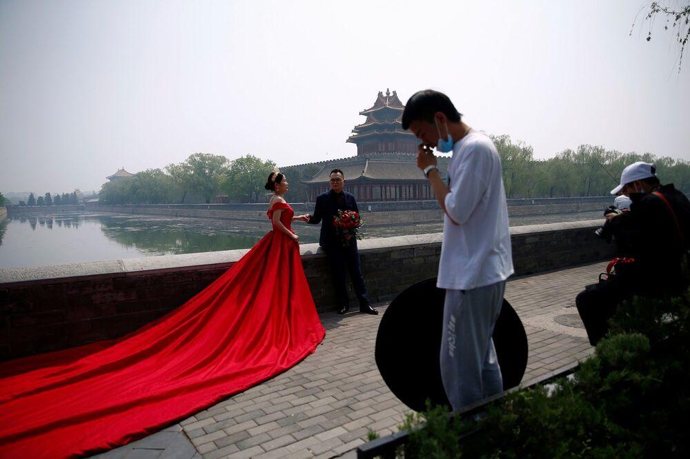 Çin'in başkenti Pekin'de yeni tip koronavirüs (Kovid-19) tedbirleri kapsamında kapatılan parklar ve müzeler yeniden ziyarete açıldı.