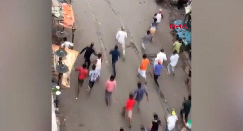 Hindistan'da yasağa uymayan halk, polisi taş ve sopalarla kovaladı