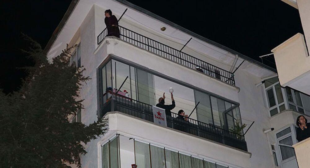 Balkon ve pencerelerden 1 Mayıs kutlaması