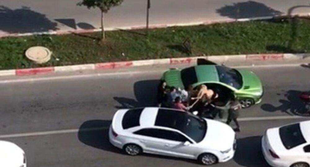 Trafikte tartıştığı kadınları sopayla dövdü
