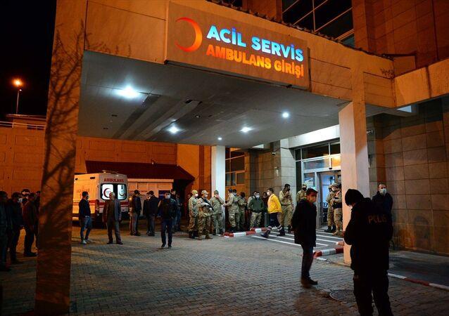 İçişleri Bakanlığı, Bitlis'te teröristlerle çıkan çatışmada 2 jandarma uzman çavuşun şehit olduğunu, 4 jandarma uzman çavuşun ise hafif yaralandığını bildirdi. Yaralılar, Bitlis Devlet Hastanesine getirildi.