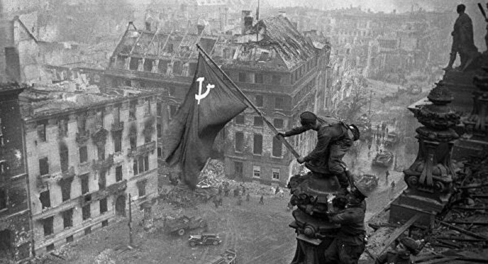 """""""Saldırıyı sürdüren ve düşmanın direnişini kıran 3. Şok Ordusu birlikleri, Reichstag'ın ana binasını işgal etti ve 30 Nisan günü saat 14: 25'te çatısında Sovyet bayrağını dikti. Berlin'in içindeki taarruz devam ediyor."""""""