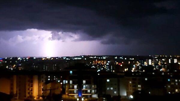 Silivri'de akşam saatlerinde etkili olan şiddetli yağış su taşkınlarına neden oldu - Sputnik Türkiye