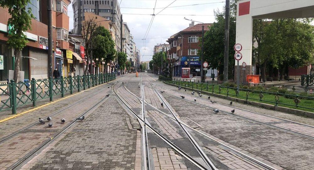 Yeni tip koronavirüsle (Kovid-19) mücadele kapsamında 1 Mayıs'ta başlayan sokağa çıkma kısıtlamasının son gününde Eskişehir'de cadde ve sokaklar boş kaldı.