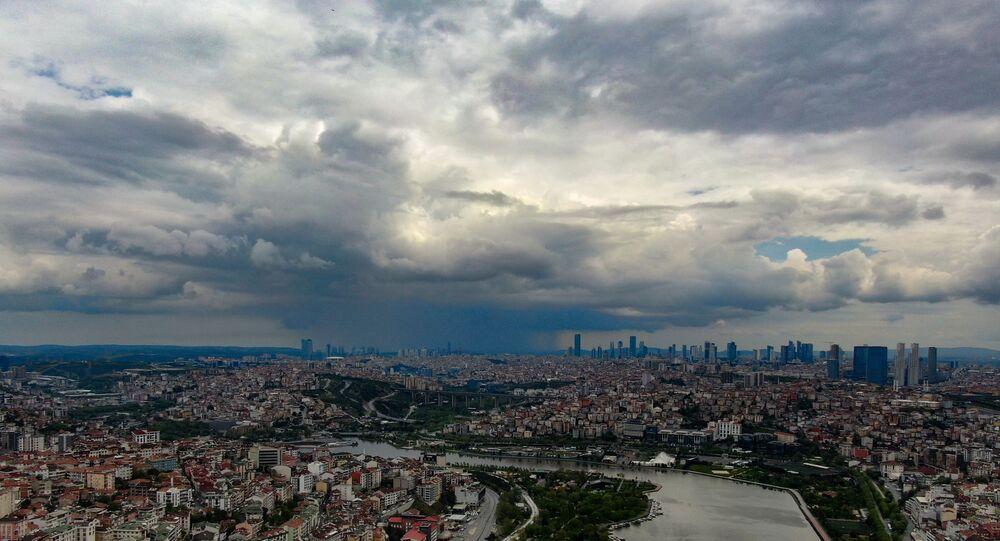 İstanbul'da dün akşam saatlerinde etkisini gösteren gök gürültüsünün ardından Haliç'in ünlü panoramasının seyredildiği Pierre Loti tepesinde yağmur bulutlarının şehre gelişi görüntülendi.