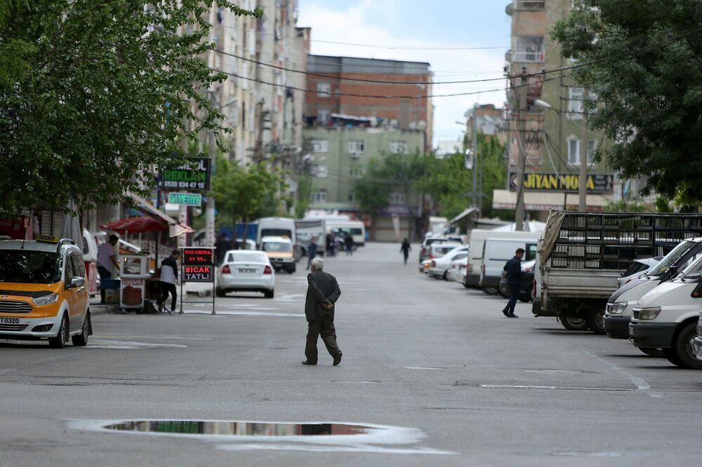 Kalabalık olmasıyla bilinen Bağlar'ın ara sokaklarında sadece fırın ve eczanelere giden vatandaşlar dikkat çekiyor.