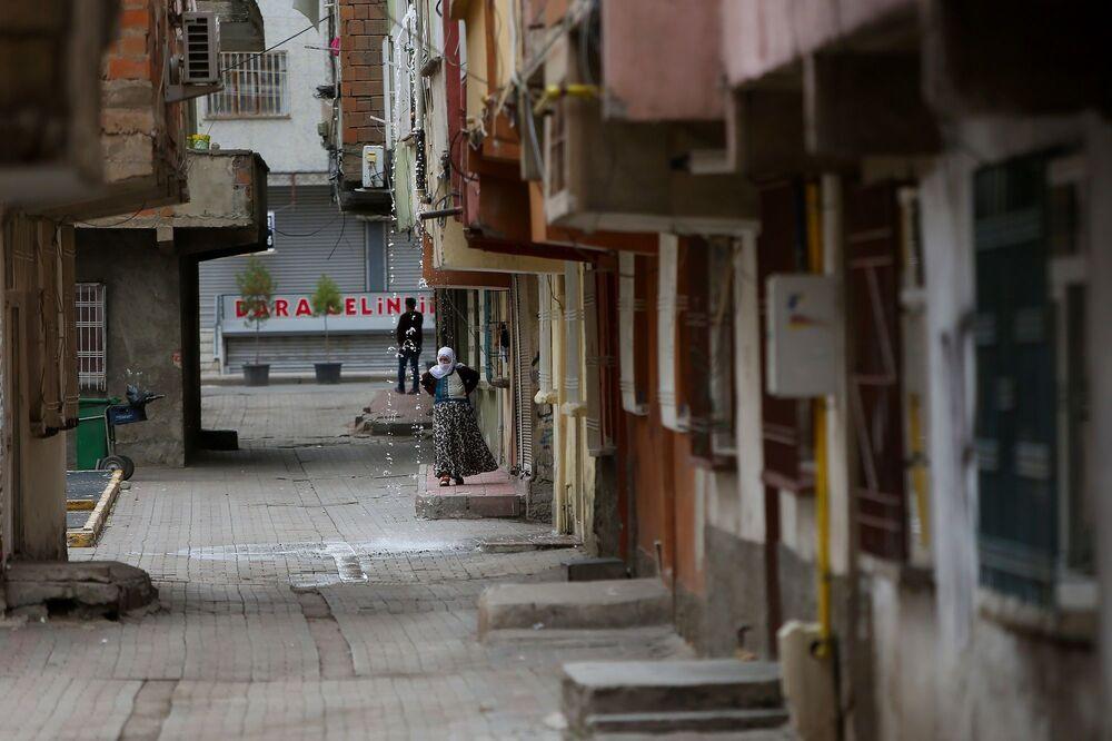 Ara sokaklardaki müstakil evlerde yaşayan vatandaşlar evlerinin önüne çıkarak hava alıyor.