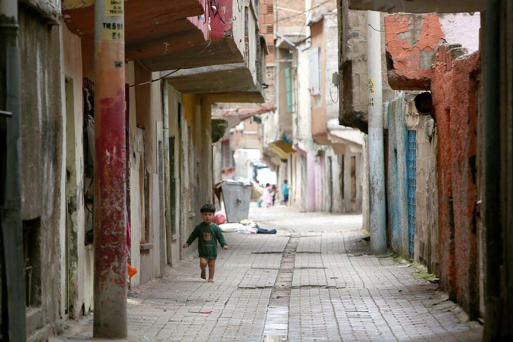 Çocuklar evlerinin önünde oynuyor.