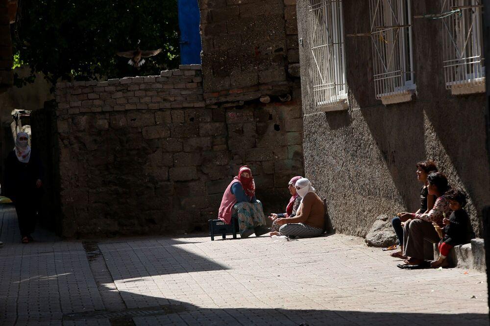 Evlerinin önünde oturan kadınlar
