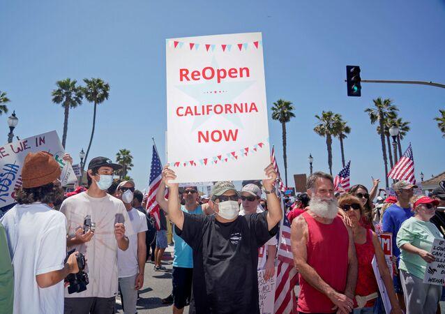 ABD'nin Kaliforniya eyaletinde Vali Gavin Newsom'ın Orange bölgesi plajlarını kapatma kararını protesto için Huntington Plajı yolunda toplananlar