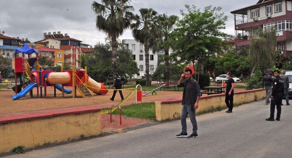 Antalya'nın Manavgat ilçesinde bebeğinin boğazına bıçak dayayan zanlıyı polis bacağından vurarak yakaladı. Polis ekipleri olayın yaşandığı çocuk parkında önlem aldı.