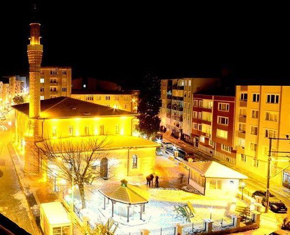 Bursa'nın Karacabey ilçesinde akşam ezanının vaktinden 6 dakika erken okunması sebebiyle birlerce kişi orucunu erken açtı
