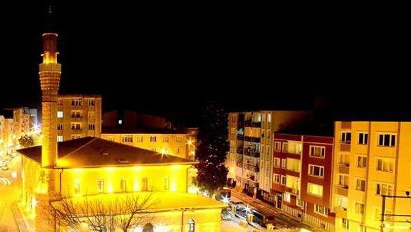 Bursa'nın Karacabey ilçesinde akşam ezanının vaktinden 6 dakika erken okunması sebebiyle birlerce kişi orucunu erken açtı - Sputnik Türkiye