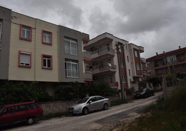 Antalya'da 3. kattan düşen çocuk  portakal ağacına takılarak kurtuldu