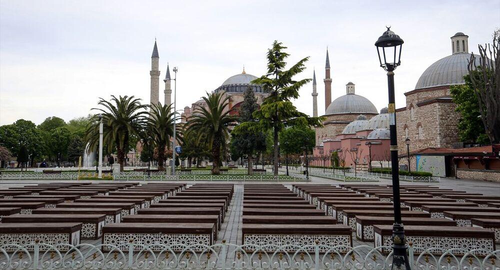 İstanbul'da, yeni tip koronavirüsle (Kovid-19) mücadele kapsamında alınan sokağa çıkma kısıtlamasının başlamasının ardından, Sultanahmet Meydanı ve Ayasofya civarının boş kaldığı görüldü.