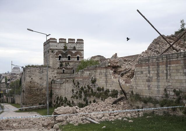 Fatih Topkapı'da Sulukule Caddesi üzerindeki tarihi surların bir kısmında henüz bilinmeyen bir nedenle çökme meydana geldi. Olayda ölen ya da yaralanan olmazken polis ekipleri, çökmenin yaşandığı alanın çevresine şerit çekti.
