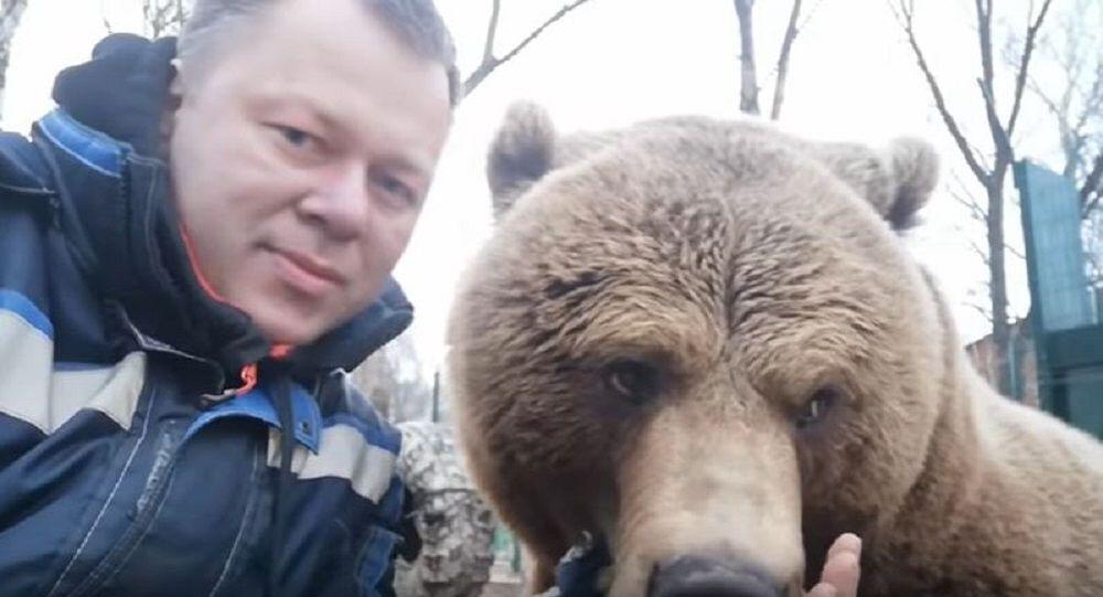 'Kamyon gibi gürleyen' sevimli ayı sosyal medyayı salladı