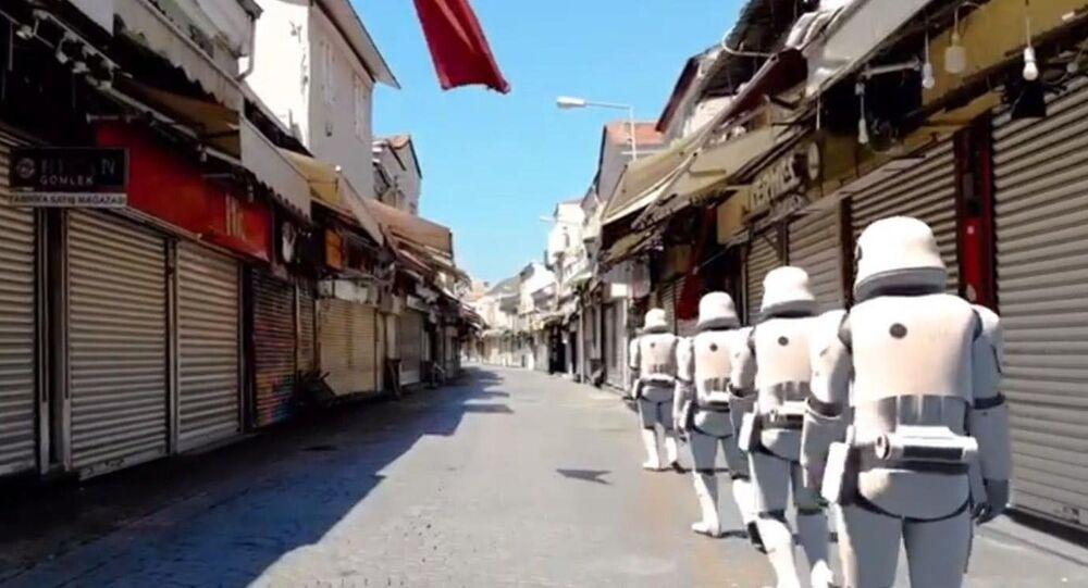 Konak Belediyesinin ünlü film serisi Star Wars'un (Yıldız Savaşları) anıldığı Dünya Star Wars Günü dolayısıyla hazırladığı klipte, dijital efekt ile Millennium Falcon gemisi semaya çıktı, 'Stormtrooper'lar boş sokaklarda yürüdü, Darth Vader İzmir Saat Kulesi'ndeki güvercinleri besledi.