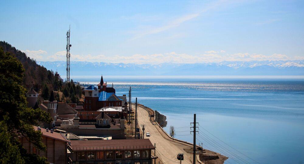 Baykal Gölü kıyısında Listvyanka köyü