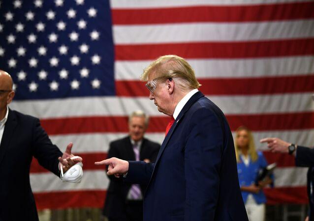 ABD Başkanı Donald Trump daha sonra Arizona'daki bir maske üretim tesisini ziyaret etti.
