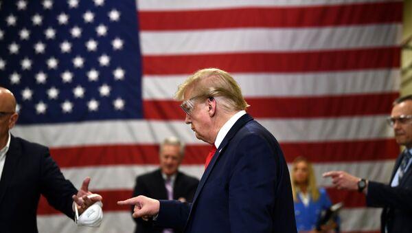 ABD Başkanı Donald Trump daha sonra Arizona'daki bir maske üretim tesisini ziyaret etti. - Sputnik Türkiye