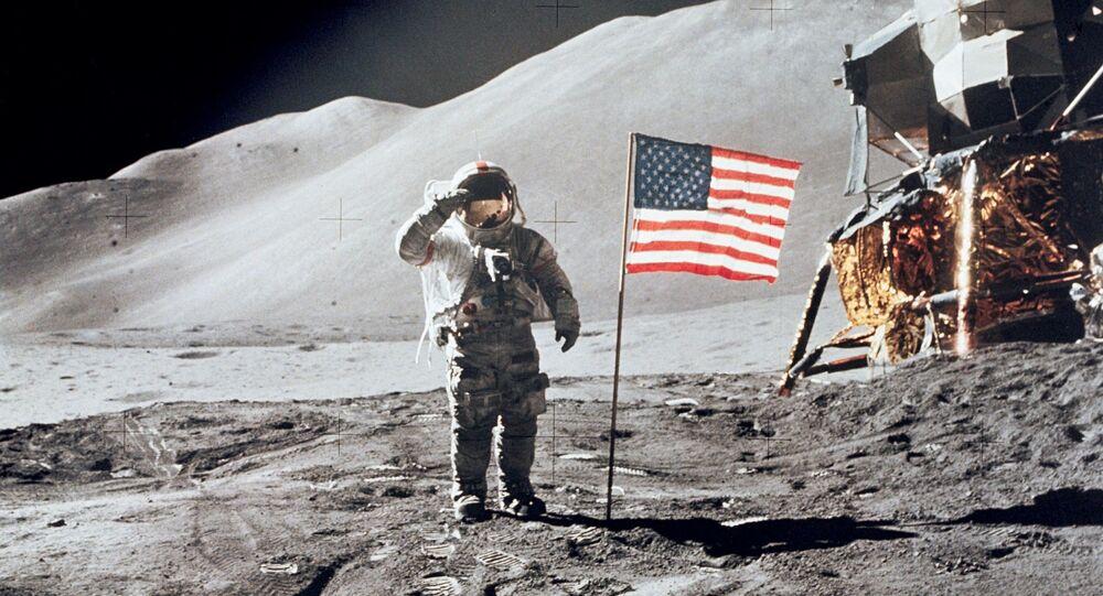 Astronot David Scott, Ay üzerinde Amerikan bayrağının yanında selam verirken
