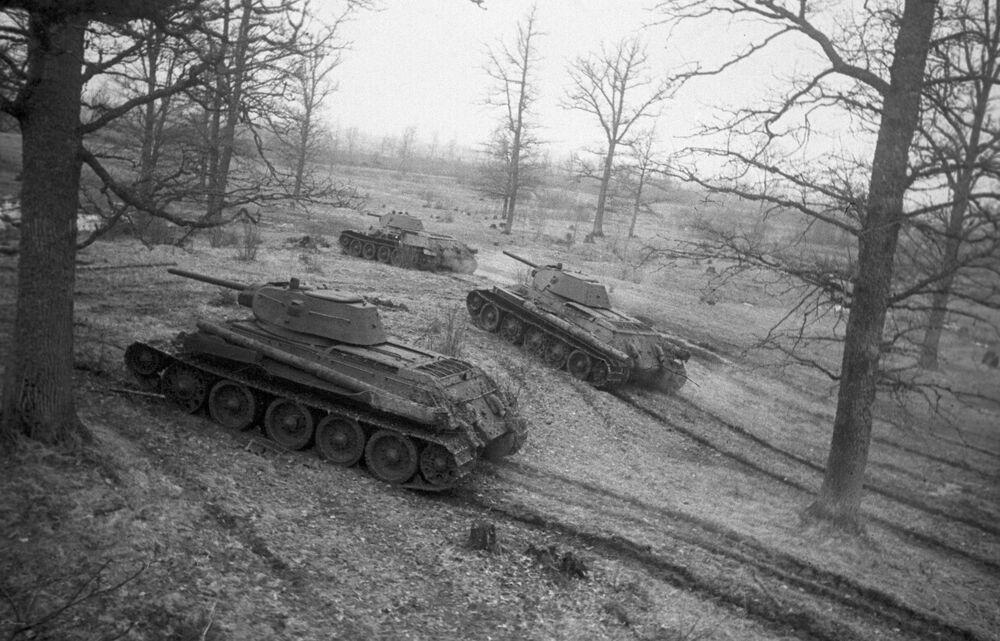 Sovyet yapımı T-34 tankları taarruza geçerken, 1944  Orta ağırlıktaki T-34, 2. Dünya Savaşının en iyi tankı kabul edilir. T-34, 28 ton ağırlığındaydı ve 76mm'lik top mermisi fırlatıyordu. 86 bin adet üretilerek savaşın en çok üretilen tankı olmuştur.